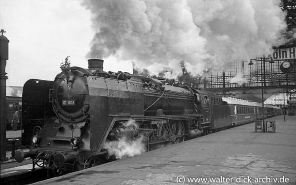 """Ein schnelles """"Dampfross"""" am Kölner Hauptbahnhof 1955"""