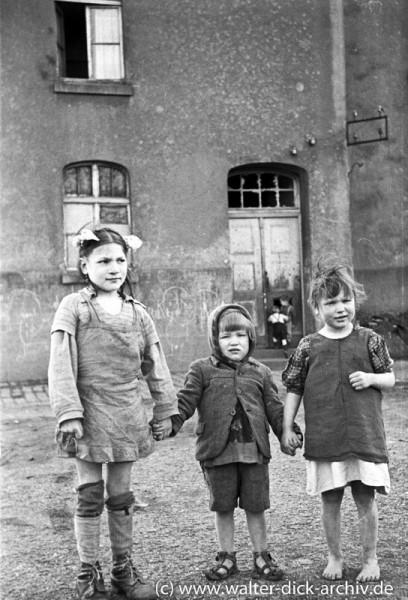 Drei Kölner Kinder in Lumpen