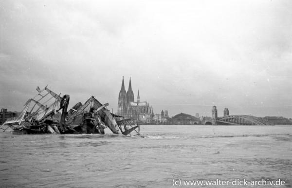 Trümmer der Köln-Deutzer Brücke im Rhein 1945