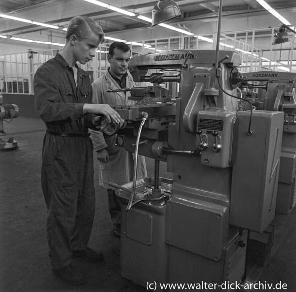 Ausbildung an einer Fräse bei Ford in Köln
