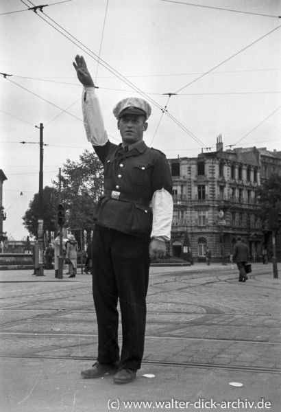Polizist bei der Verkehrsregelung