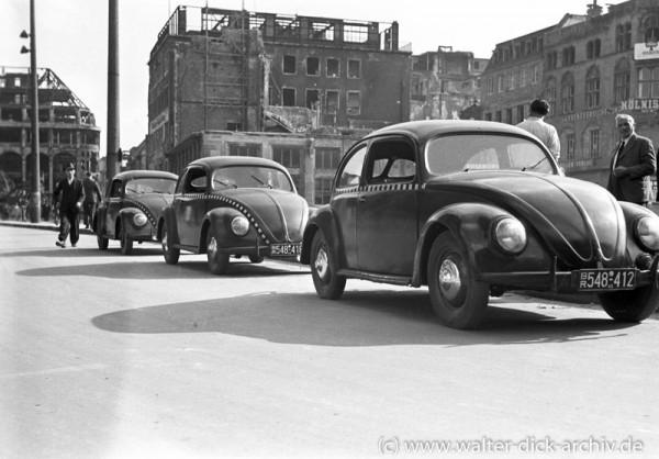 VW Käfer als Taxi vor dem Kölner Dom