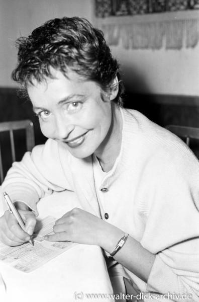 Hannelore Schroth füllt einen Lottoschein aus 1963