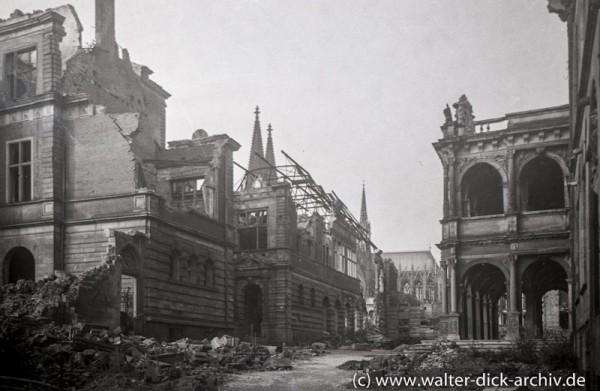 Zerstörtes Rathaus und Spanischer Bau 1946