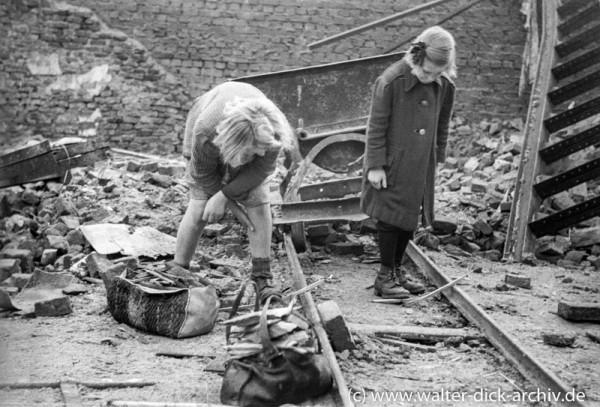 Kinder beim Holzsammeln in den Trümmern