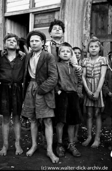 Kinder ohne Schuhe in Köln