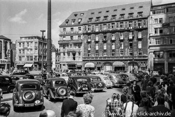 Parkende Autos vor dem Kölner Dom