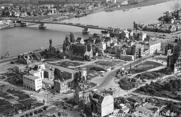 Zerstörte Kölner Altstadt und Groß St. Martin