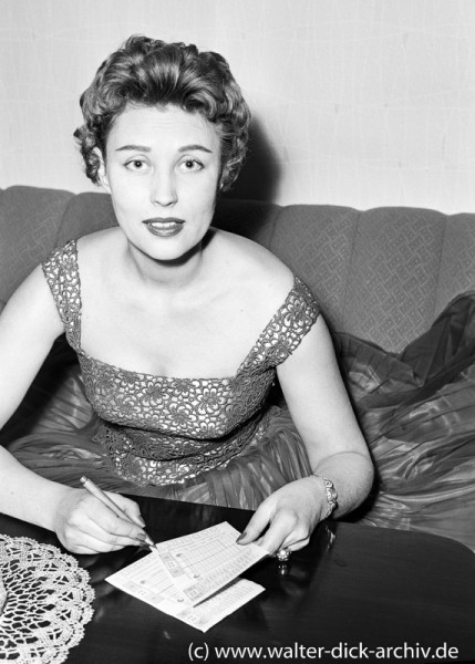 Sonja Ziemann mit Lottoschein 1963