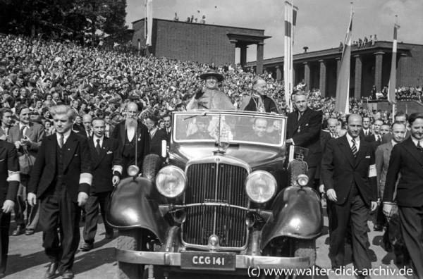 Einfahrt des päpstlichen Legaten in das Kölner Stadion