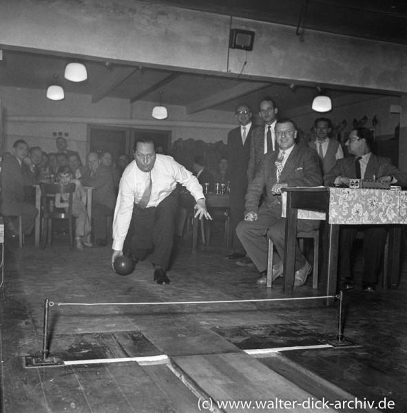 Theo Burauen beim Kegeln 1971