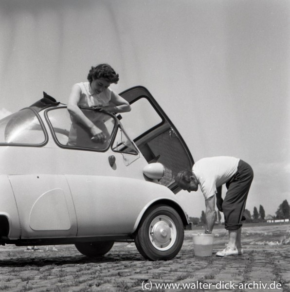 Autowäsche am Rhein 1960 in Köln-Rodenkirchen
