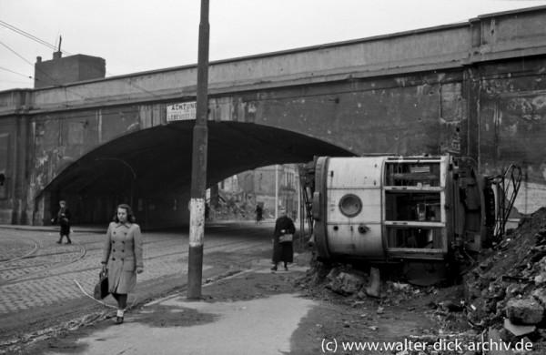 Unzerstörte Eisenbahnbrücke in Köln Ehrenfeld