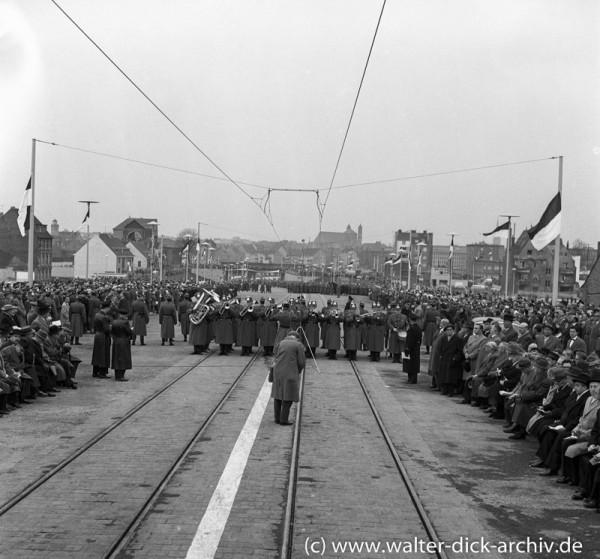 ...und die Musik spielt dazu- Polizeimusikkorps bei der Eröffnung der Kölner Severinsbrücke 1959