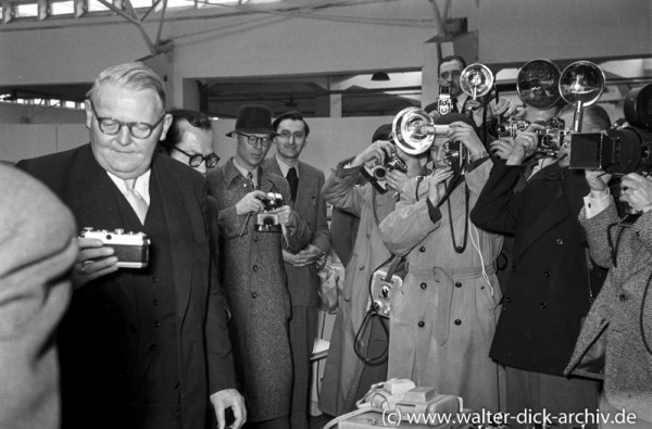 Ludwig Erhard auf dem Rundgang über die Kölner Photokina 1951