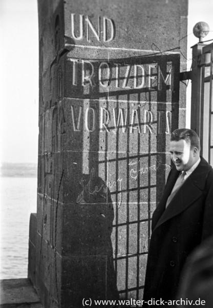 Henry Ford II am Werkstor der Kölner Ford-Werke