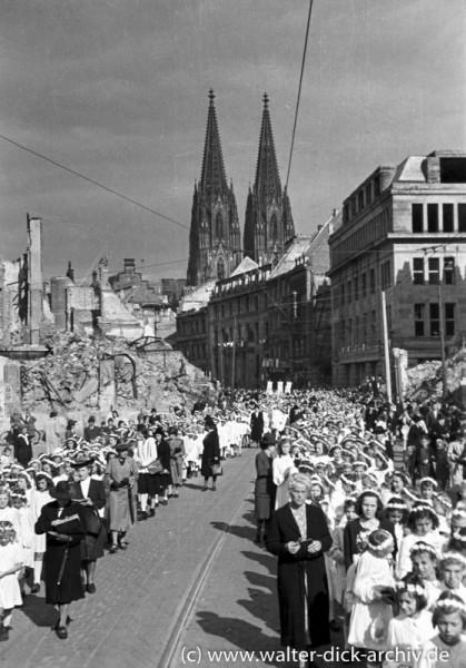 Kommunionkinder in der Kölner Fronleichnamsprozession