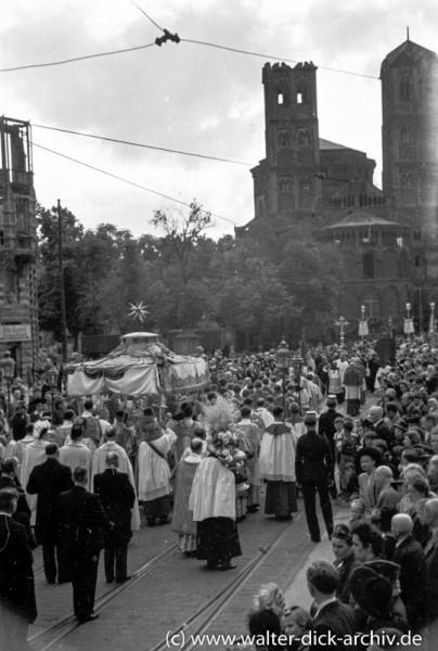 Kölner Fronleichnamsprozession vor St. Gereon