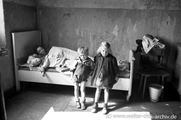 Mutter mit drei Kleinkindern in einer Kölner Notunterkunft
