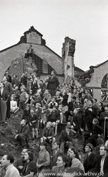 Zuschauer an der alten Markthalle