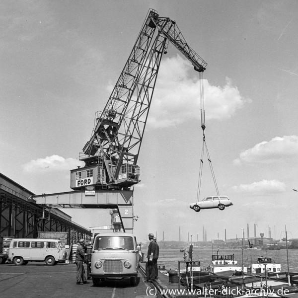 Autoverladung auf ein Binnenschiff bei Ford in Köln