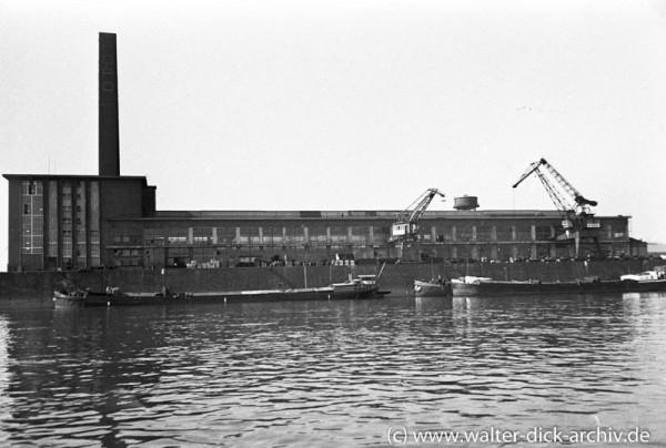 Ansicht der Kölner Ford-Werke vom Rhein aus gesehen