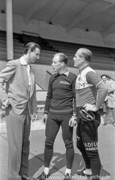Kurt Brumme interviewt zwei Radsportler 1964