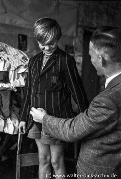 Verteilung von Kleiderspenden für Kinder