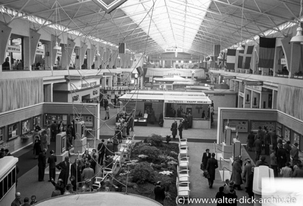 Photokina 1951 in Köln Blick in eine Ausstellungshalle