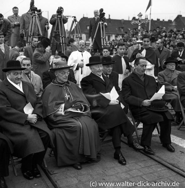 Der Bundeskanzler hat Spass bei der Eröffnung der Kölner Severinsbrücke. 1959