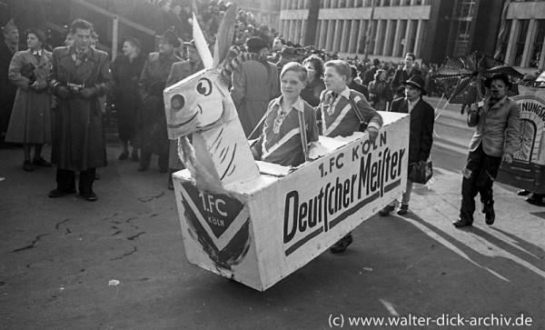 Jugendliche Fans feiern Ihren FC 1962