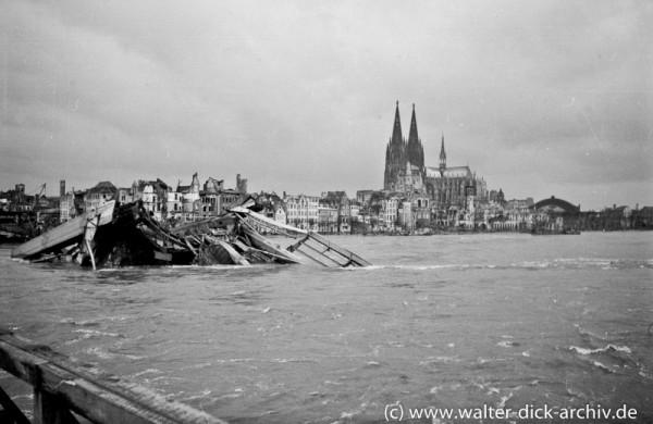 Trümmer der Köln-Deutzer Brücke im Rhein