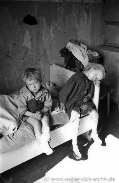 Zwei Kleinkinder in einer Kölner Notunterkunft