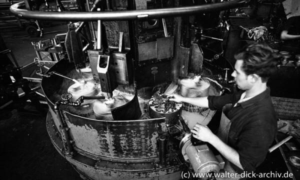 Spritzschutz an einer Maschine in den Kölner Ford-Werken