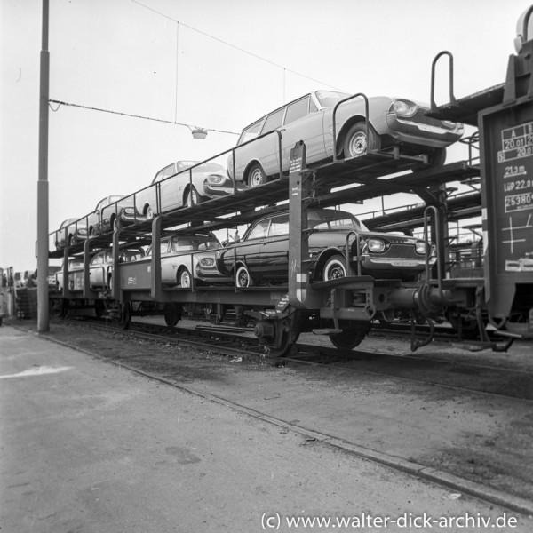 Autoverladung auf die Eisenbahn bei Ford in Köln