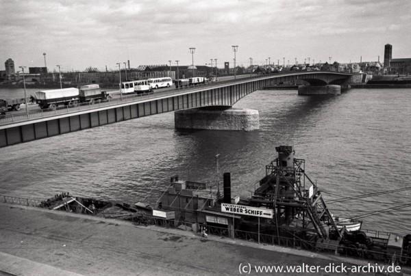 Baggerschiff vor der Deutzer Brücke