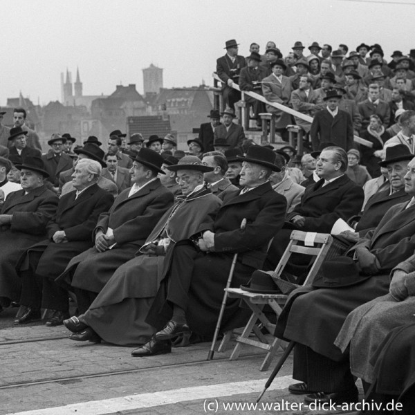 Fast nur Männer bei der Eröffnung der neuen Kölner Severinsbrücke.