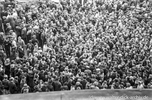 Hungerdemonstration vor dem Rathaus 1947