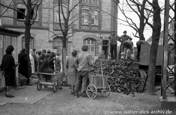 Brikettverteilung in Köln Ehrenfeld 1946