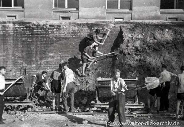 Jugendliche Helfer bei der Enttrümmerung Kölns