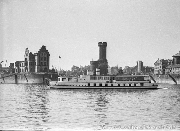 """Schiff der """"Weißen Flotte"""" vor der Einfahrt zum Rheinauhafen"""