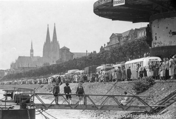 Vor der Bastei-Zuschauer der Gottestracht 1954