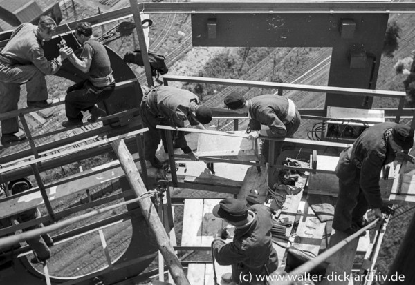Beim Bau des Ford Turms