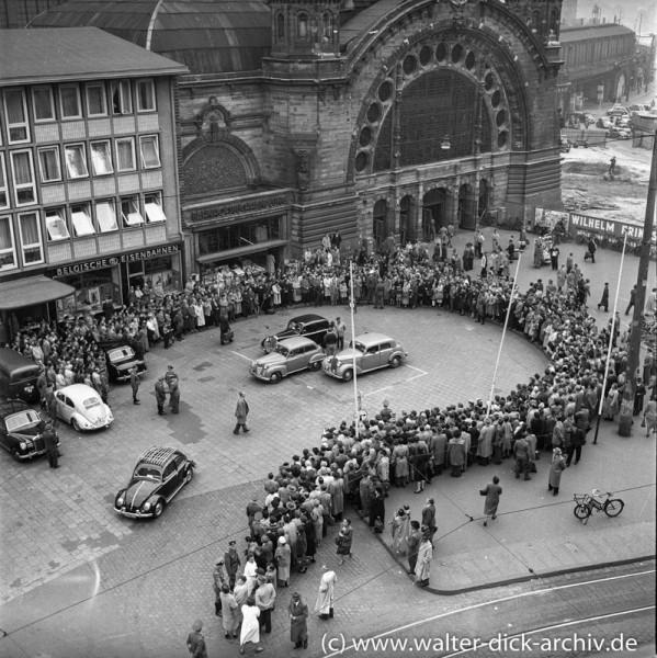 In Erwartung der Spätheimkehrer am Kölner Hauptbahnhof