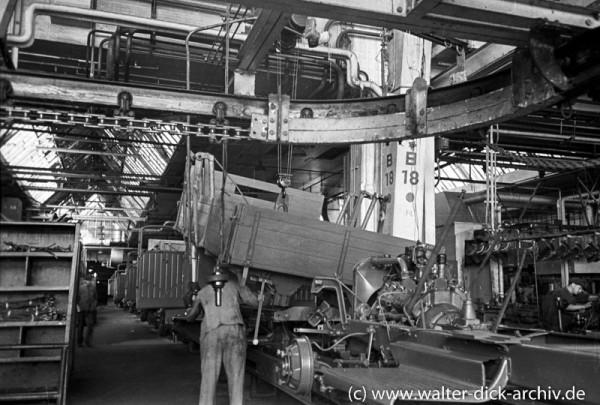 Aufsetzen der Ladefläche an einem Lkw von Ford Köln