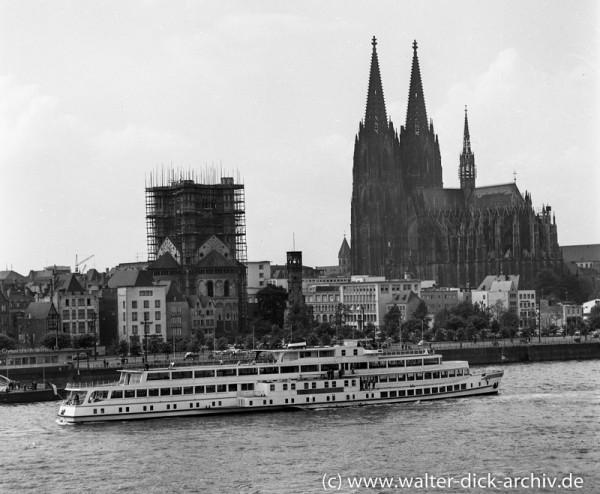 Köln-Düsseldorfer vor dem Panorama