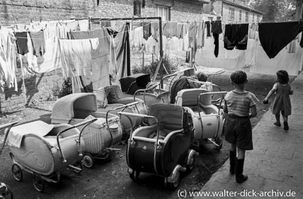 Kinderwagen vor der Kölner Mütterberatung