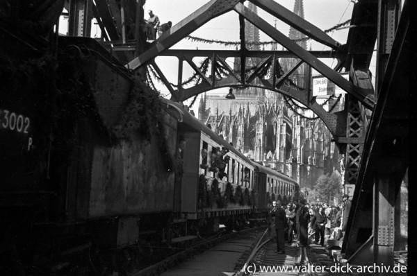 Der erste Zug auf der neu eröffneten Hohenzollernbrücke
