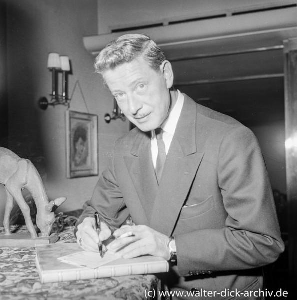 Dieter Borsche schreibt Autogramme 1954