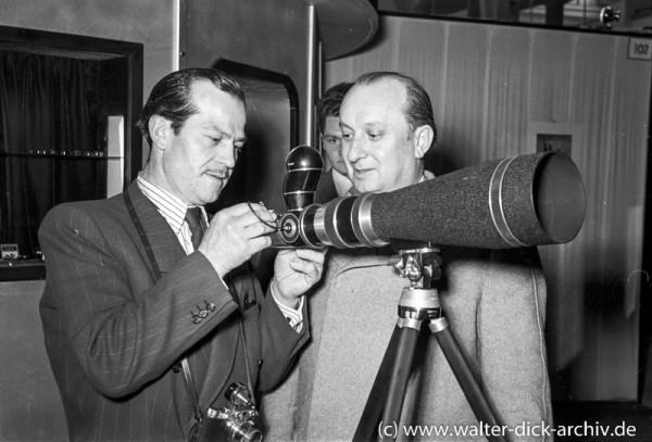 Photokina 1951 in Köln René Deltgen testet ein Teleobjektiv
